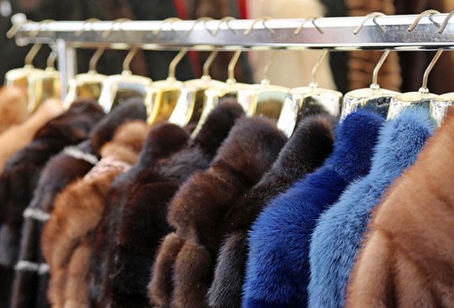 Kleiderstange mit Pelzmänteln